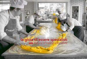 produzione pasta fresca artigianale in un laboratorio